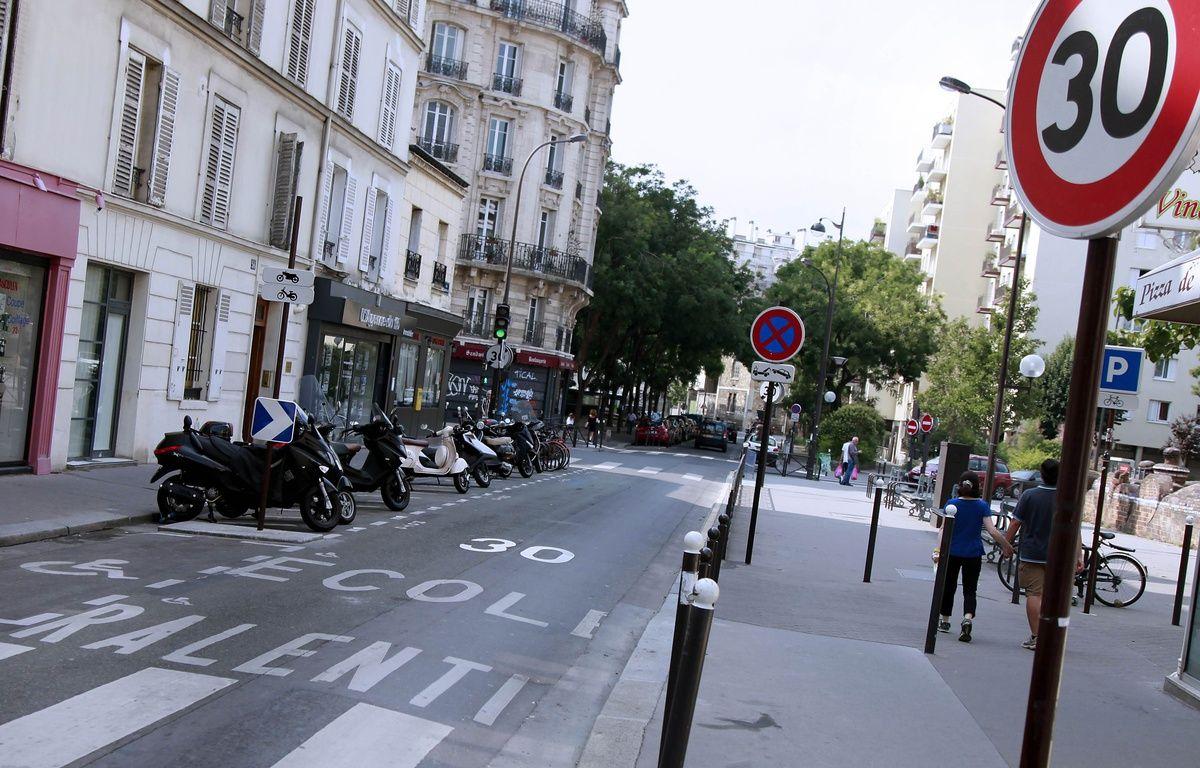 Illustration d'un panneau de limitation de vitesse à 30km/h, à Paris. –  JULIEN DE FONTENAY/JDD/SIPA