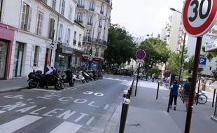 Illustration d'un panneau de limitation de vitesse à 30km/h, à Paris.