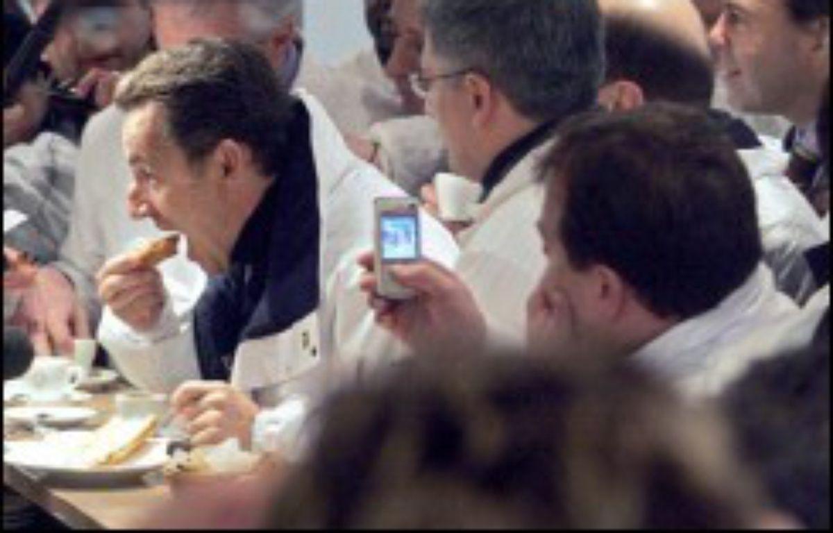 """On l'accueille, tantôt avec sympathie, tantôt avec une indifférence polie. Seule une employée de la poissonnerie profite d'une pause café du candidat pour l'apostropher vivement: """"Votre campagne publicitaire, combien de milliards elle va coûter, et qui paye?"""", tempête-t-elle. – Dominique Faget AFP"""