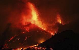 La lave s'écoule d'une éruption volcanique près d'El Paso sur l'île de La Palma aux Canaries, en Espagne, le 19 septembre 2021.