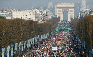 Des coureurs sur les Champs-Elysées lors du 39e marathon de Paris, le 12 abril 2015