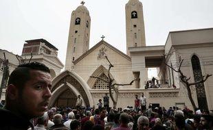 Des fidèles se rassemblent devant l'église Saint-George à Tanta, en Egypte, après les attentats du 9 avril 2017.