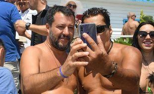 Matteo Salvini se prend en photo avec un de ses supporters, le 11 août 2019.
