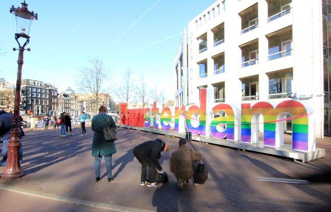 La capitale des Pays-Bas Amsterdam attire des touristes du monde entier.