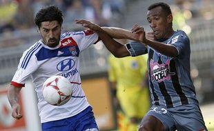 Milan Bisevac résiste à la pression d'Eduardo, le 16 septembre 2012 à Lyon.