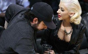 Christina Aguilera et son mari Jordan Bratman lors des finales NBA le 15 juin 2010.