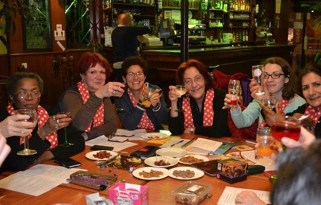 Des membres du collectif «Place aux femmes», dans un café à Aubervilliers (Seine-Saint-Denis).