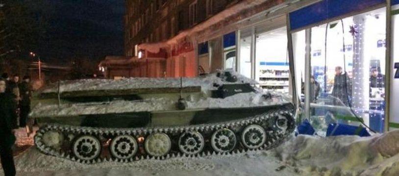 En Russie, un homme ivre a percuté un supermarché avec un blindé volé.