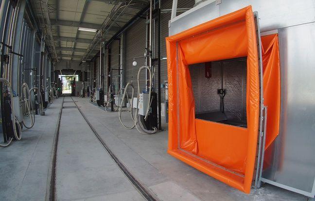 L'aspirateur géant (en orange) vient se plaque sur l'ouverture d'une porte de la rame