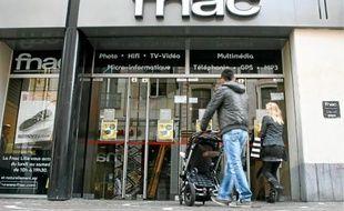 Les deux magasins actuels de la Fnac au centre-ville sont séparés par la rue du Sec-Arembault.