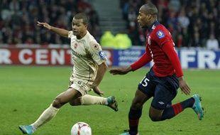 Le Lillois Sidibé et le Valenciennois Dossevi lors du derby LOSC - VAFC.