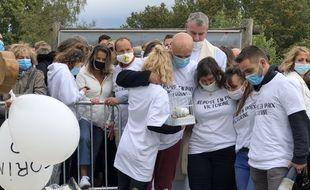La famille de Victorine lors de l'hommage rendu ce dimanche 4 octobre 2020 à la jeune fille de 18 ans tuée à Villefontaine, en Isère.