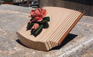 Un objet décoratif sur une pierre tombale (Illustration).