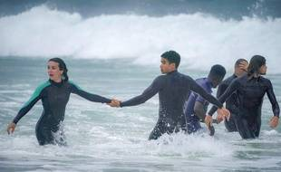 Marie Dompnier et Théo Christine campent des surfeurs dans «La dernière vague» sur France 2.