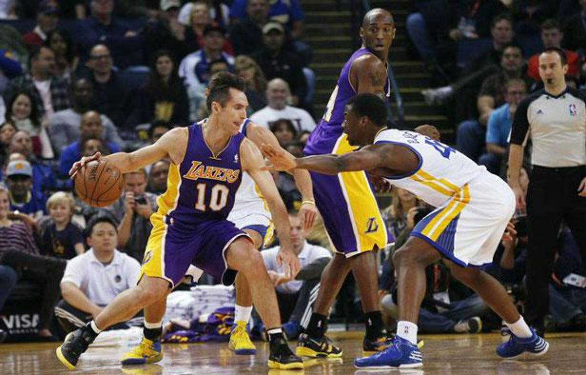 Steve Nash ballon en main, lors du match contre les Golden State Warriors le 22 décembre 2012  – REUTERS/Stephen Lam