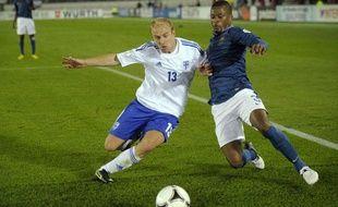 Patrice Evra aux prises avec le défenseur finlandais Arkinuo, le 7 septembre 2012 à Helsinki.