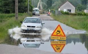 Une route inondée à Saint-Pierre-lès-Elbeuf.