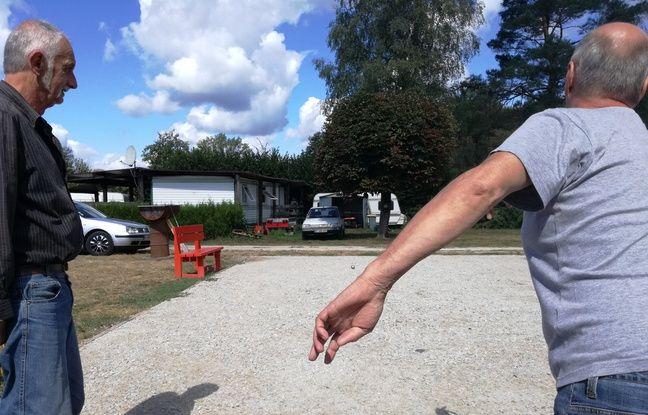 Une partie de pétanque dans le camping le moins cher de France, à Mélisey (Haute-Saône).