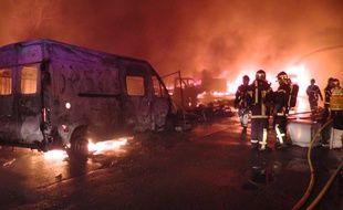Le feu a détruit des dizaines de véhicules