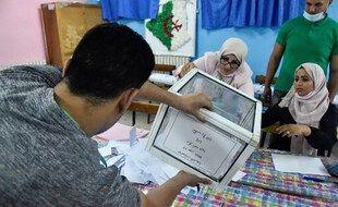 Le dépouillement commence dans un bureau de vote à Bouchaoui, à la périphérie ouest de la capitale Alger, le 12 juin 2021.