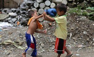 Des enfants jouant dans le village de Marikina, à l'est de Manille (Philippines), le 15 août 2016.