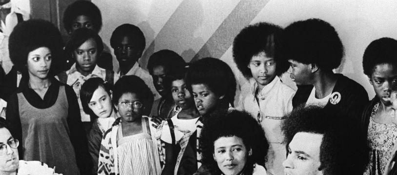 Les leaders du Black Panther Party Huey P. Newton (à droite), et Elaine Brown (assise au côté de Newton) donnent une conférence de presse le 23 juillet 1969 à Oakland, Californie.