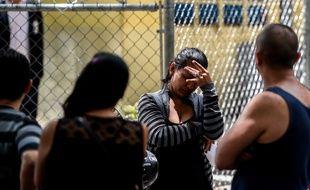 Des proches des victimes de la bousculade dans un club de Caracas qui a fait 17 morts le 16 juin 2018.