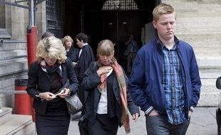 Procès  de Bruno Cholet, condamné à la prison perpétuité le 14 septembre 2012.  Devant la cour d'assises de Paris la veille, Samuel Zeterberg le frère  de la victime et sa mère, Asa Palmqvist (au centre).