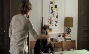 Capture d'écran du spot télévisé contre les claques et les fessées de la Fondation pour l'enfance diffusé à partir du 28 avril 2011 sur plusieurs chaînes de télévision.