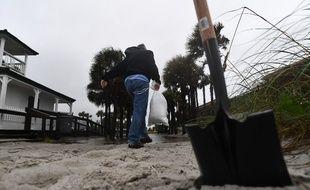 Un habitant de Jacksonville en Floride se préparant au passage de l'ouragan Matthew.