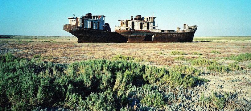 Une carcasse de bateau gisant de le désert d'Aral.