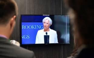 Des journalistes regardent une interview télévisée de Christine Lagarde le 8 juillet 2015 à Washington