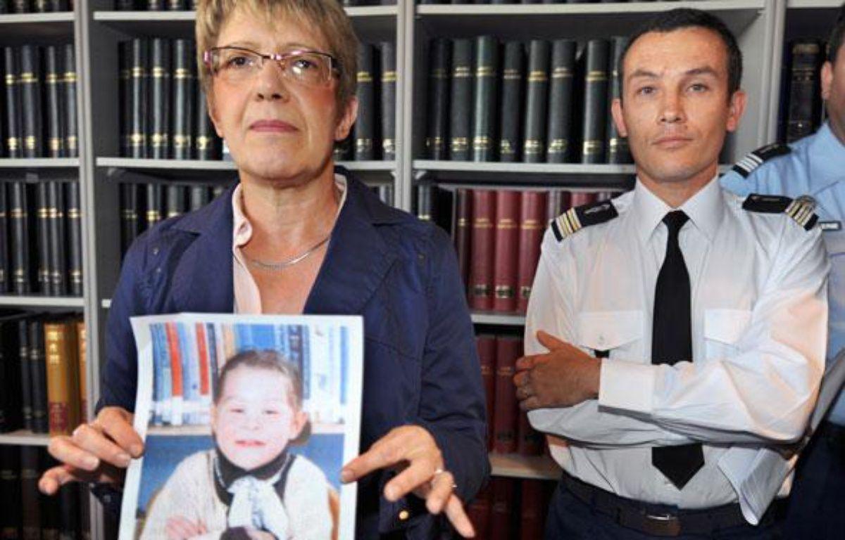 Joëlle Rieutort, la procureure de la République du Mans et le colonel Pascal Julien, montrent la photo de la petite Marina, le 10 septembre 2009. – J.F MONIER