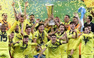 Les joueurs de Villarreal avec la coupe de la Ligue Europa, à Gdansk le 26 mai 2021.
