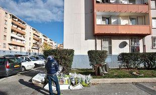 Dans la cité du Clos à la rose, à Marseille, le 21 novembre 2010, une personne se recueille après la mort d'un jeune de 16 ans deux jours plus tôt.