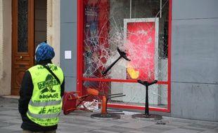 Une vitrine vandalisée dans les rues de Paris.