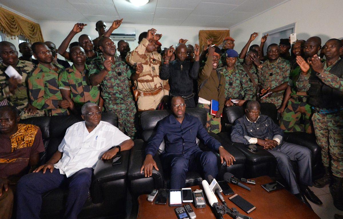 Les soldats mutins se tiennent derrière le ministre de la Défense ivoirien, le 7 janvier 2017 – SIA KAMBOU / AFP