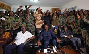 Les soldats mutins se tiennent derrière le ministre de la Défense ivoirien, le 7 janvier 2017