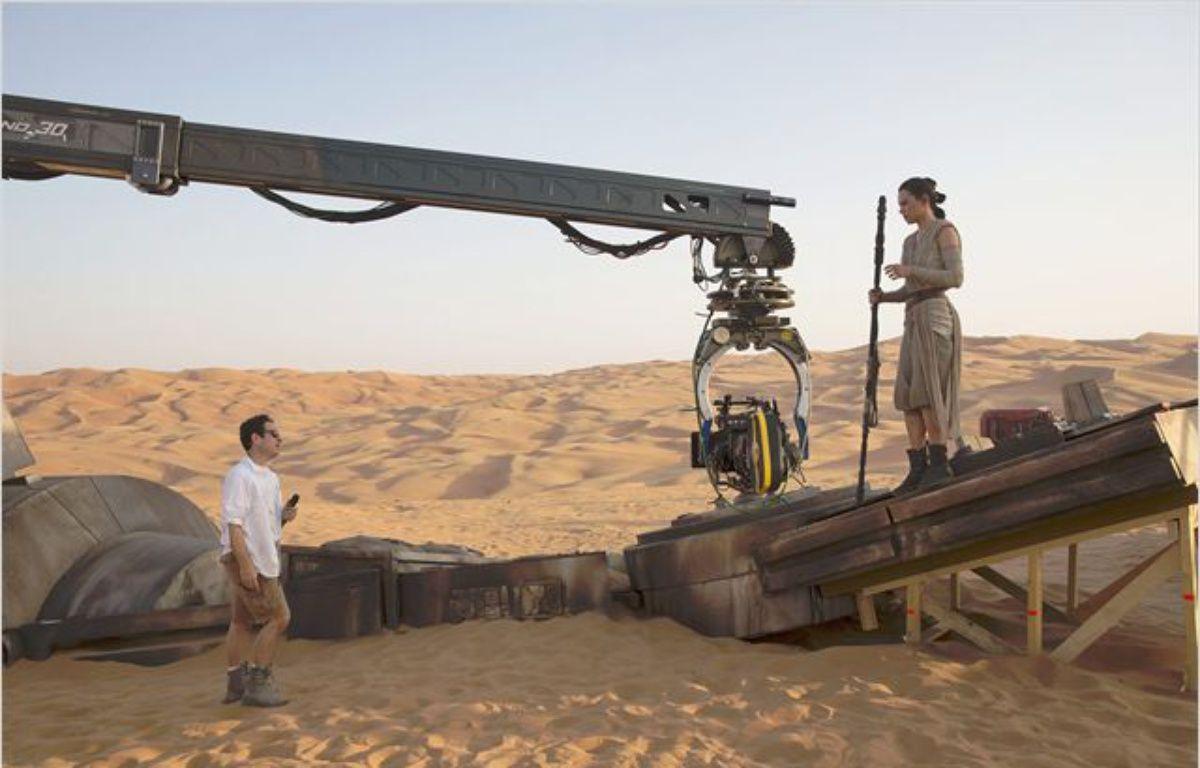 J.J. Abrams dirige Daisy Ridley dans  Star Wars – Le Réveil de la Force  – LucasFilms/Disney