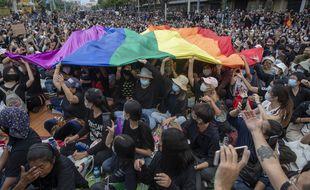 Des militants déploient un drapeau LGBT lors d'une manifestation à Bangkok (Thaïlande) en août 2020.