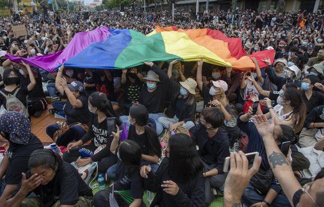 648x415 militants deploient drapeau lgbt lors manifestation bangkok thailande aout 2020