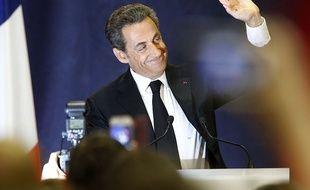 Nicolas Sarkozy saluant la foule lors de son meeting à Lambersart, le 25 septembre 2014.