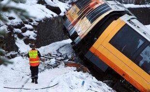 L'enquête sur l'accident du train des pignes qui a fait deux morts samedi dans les Alpes-de-Haute-Provence, est rendue complexe par l'instabilité du terrain et les risques d'éboulement, a-t-on appris lundi auprès du parquet de Digne.