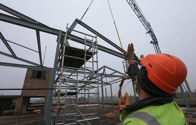 Mise en place de la charpente métallique pour surélever le bâtiment de l'Union sociale dans le quartier de la Coop. Strasbourg le 06 novembre 2018