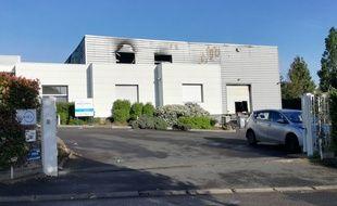 L'entreprise Pixiel et son entrepôt noirci par le feu.