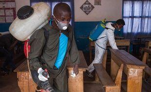 Des officiers du ministère de la Santé propage du pesticide dans des salles de classe afin de tuer les puces et d'éradiquer la peste, à Madagascar, le 2 octobre 2017.