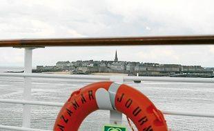Les grands paquebots s'amarrent dans la baie entre Dinard et Saint-Malo.