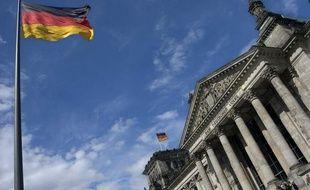 Le drapeau de l'Allemagne flottant sur le Bundestag, le Parlement allemand.