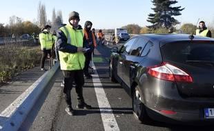 Des gilets jaunes restent mobilisés près de Valenciennes, dans le Nord dimanche 18 novembre 2018.