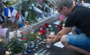 Des hommages aux victimes de l'attentat de la Promenade des Anglais, à Nice, le 15 juillet 2016. Une attaque survenue huit mois après les attentats du 13 novembre de Paris et Saint-Denis.